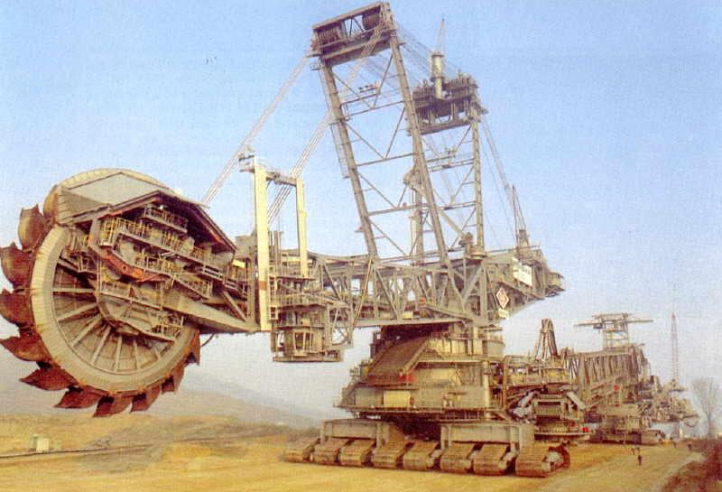 Оказалось, что построить этот огромный экскаватор стоило всего то 100 миллионов долларов.. :) Cобирали его немцы...